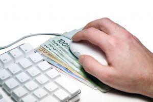 Стопка валюты под мышкой