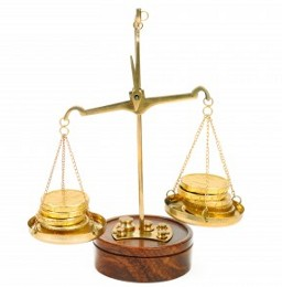 Весы с золотыми монетами