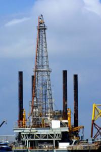 нефтедобывающая платформа с вышкой