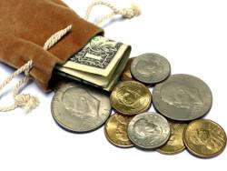 высыпанные из кошелька американские монеты и доллары