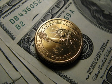 долларовые купюры и монета США